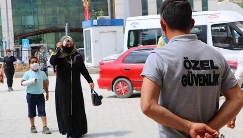 Больница в Турции запретила вход в черных масках