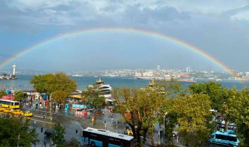 Жители Стамбула радуются радуге над Босфором