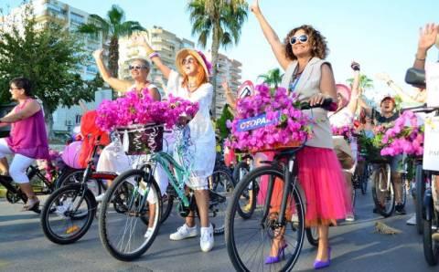 Тысячи нарядных дам прокатились по всей Турции на велосипедах