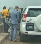 Diplomat filmed peeing on the road in Nigeria (video)