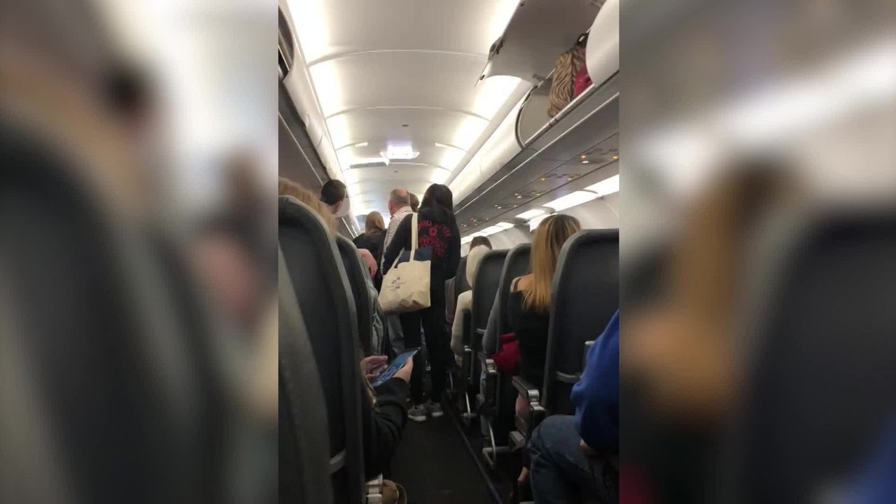 Several_passengers_report_feeling_sick_o_8_66330900_ver1.0_1280_720_1546435186283.jpg