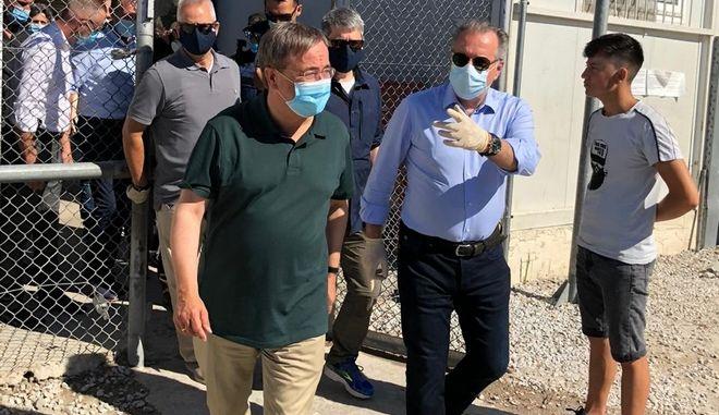 Οι Γιώργος Κουμουτσάκος και Άρμιν Λάσετ σε καταυλισμό αιτούντων άσυλο στη Λέσβο
