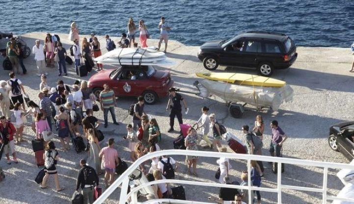 Toυρίστες αποβιβάζονται σε νησί
