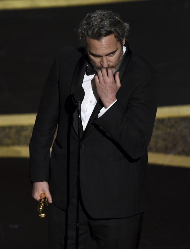 Ο Joaquin Phoenix παραλαμβάνει το Όσκαρ Α' Ανδρικού Ρόλου