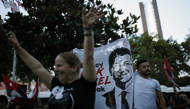 Υποστηρικτές του Εκρέμ Ιμάμογλου πανηγυρίζουν τη νίκη του στις δημοτικές εκλογές της Κωνσταντινούπολης