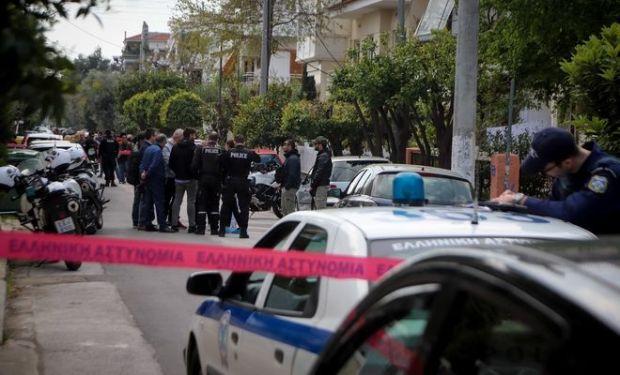 Αστυνομικοί στην οδό Τυμφρηστού στο Χαλάνδρι όπου 27χρονος πατέρας σκότωσε το 4χρονο γιο του μέσα στο σπίτι και στην συνέχεια αυτοκτόνησε
