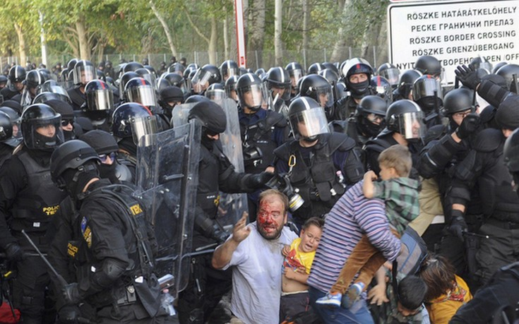 REFILE - CORRECTING TYPO IN BYLINEHungarian riot police charge migrants at the border crossing with Serbia in Roszke, Hungary September 16, 2015. Hungarian police fired tear gas and water cannon at protesting migrants demanding they be allowed to enter from Serbia on Wednesday on the second day of a border crackdown. REUTERS/Karnok Csaba