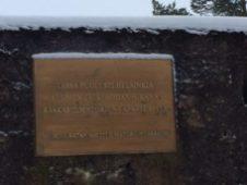 Muistolaatta muistuttaa alueen historiasta