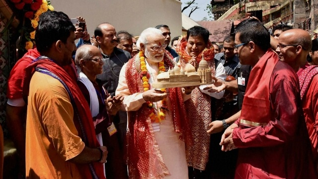 PM Narendra Modi enjoyed darshan of temple and met the public crowded there