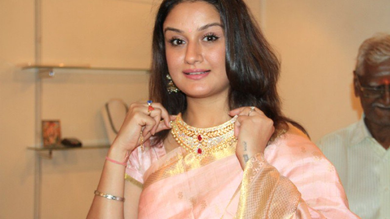 Sonia Agarwal Wiki, Biography, Age, Movies List, Family