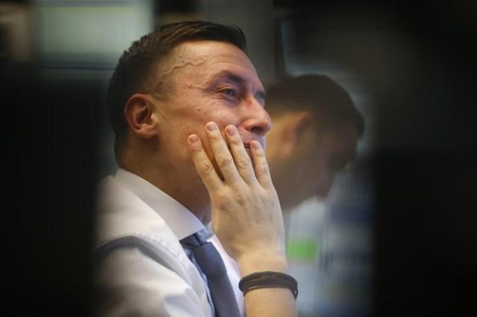 © Reuters.  De La Rue to suspend dividend, review operations to cut costs