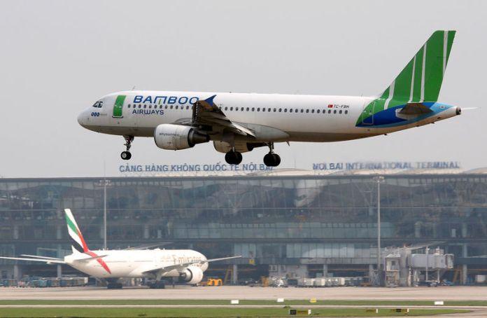 © Reuters. A Bamboo Airways Airbus A320 plane prepares to land at Noi Bai international airport in Hanoi