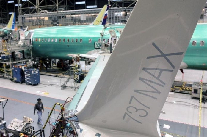 © Reuters.  U.S. FAA plans to test Boeing MAX software on less-experienced pilots - sources