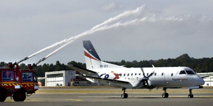© Reuters. FILE PHOTO: REGIONAL EXPRESS AIRCRAFT TAXIS ON MAIDEN VOYAGE FROM CANBERRA.