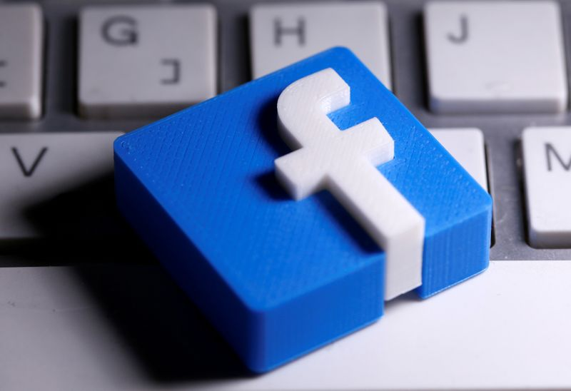 © Reuters. A 3D-printed Facebook logo is seen placed on a keyboard in this illustration