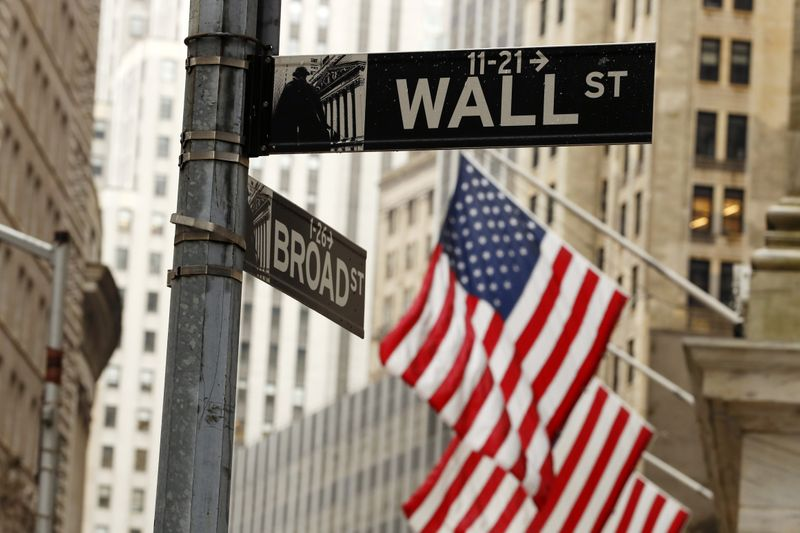 © Reuters. American flags are seen outside the New York Stock Exchange in New York City