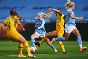 Chloe Kelly manoeuvres through the Tottenham defence