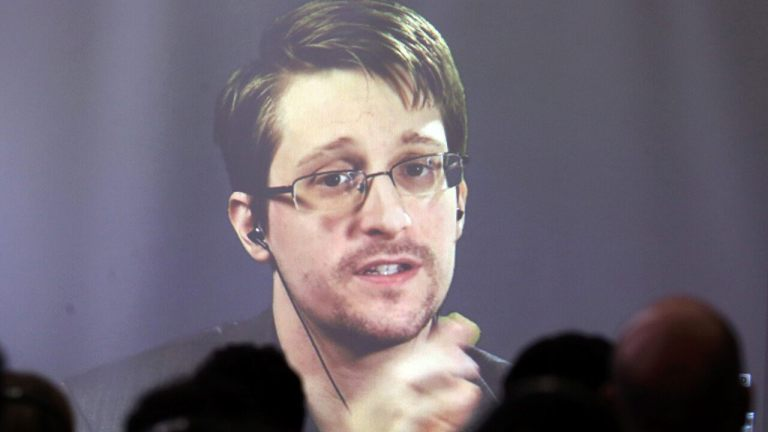 Snowden and his wife seek to be Russian-US dual nationals