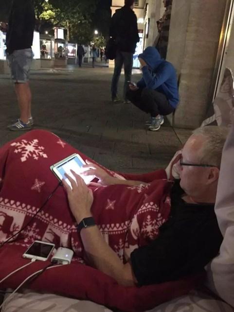 Campen vor dem Berliner Apple Store für das neue iPhone