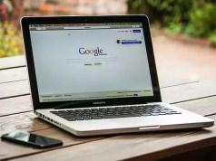 Laptop mit der Suchmaschine Google