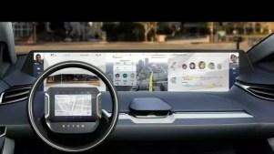 Die Innenansicht des Elektroautos - mit einem Display über das gesamte Armaturenbrett