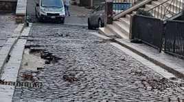 Acquaviva d'Isernia: un fiume d'acqua travolge il paese. Pezzi d'asfalto distrutti, selci divelti e tanto fango al centro del paese. Guarda il nostro video. Operai comunali e Protezione Civile al lavoro.
