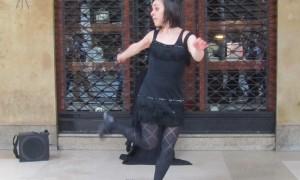 Anna ragazza balla per strada a via Roma Torino
