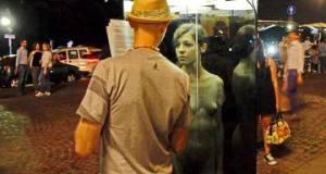 Nude in una cabina di vetro in piazza: denuncia shock sulla violenza alle donne