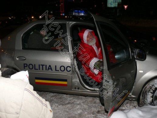 Mos Craciun incearca sa fuga din masina Politiei Locale