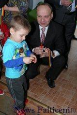 Falticeni-Ovidiu Dontu imparte tricolor copiilor