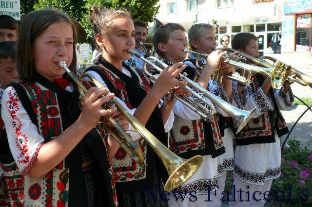 Falticeni-Sezatoarea Copiilor parada portului popular 4