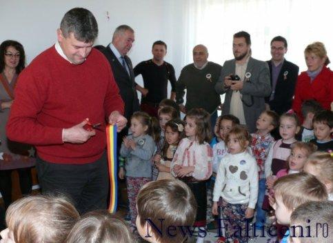 Falticeni-primarul Coman imparte panglica copiilor