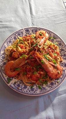 Συνταγή της Ημέρας: Γαρίδες με σπαγγέτι, σάλτσα ντομάτας και χρωματιστές πιπεριές !
