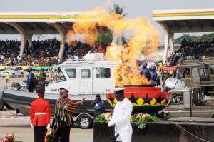 President John Dramani Mahama (2nd L) lights a fire during Ghana's 59 Independence Day celebration at the Independence Square in Accra, capital of Ghana, March 6, 2016. British colony Gold Coast declared her independence on March 6, 1957 and renamed herself Ghana. (Xinhua/Lin Xiaowei)