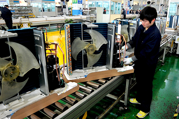 Workers at an air conditioner assembly plant of Gree Electric Appliances Inc in Hefei, Anhui province. [Photo/China Daily]