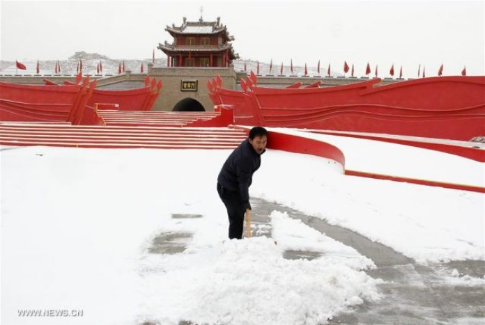 A man clears snow in Huining County, northwest China's Gansu Province, Feb. 21, 2017. A cold front brought snowfall to many parts of north China. [Photo/Xinhua]