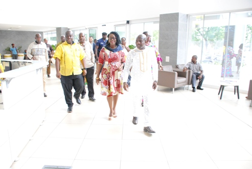 2. MINISTER FOR COMMS USHERED INTO MTN HOUSE TO BEGIN TOUR