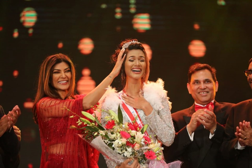 Miss Bangladesh Universe being crowned by former Miss Universe Sushmita Sen
