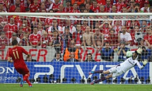 Chelsea's Petr Cech saves the penalty of Ivica Olic.