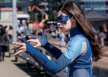 supergirl-nicole-maines-dreamer-in-action