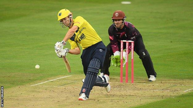 Sam Hain took his run haul to 179 in six T20 Blast matches for the Bears to keep their hopes alive