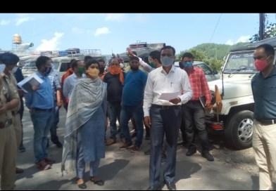पिथौरागढ़  जिलाधिकारी डॉ विजय कुमार जोगदण्डे व पुलिस अधीक्षक प्रीति प्रियदर्शिनी द्वारा विभिन्न विभागों के अधिकारियों के साथ  वाहनों हेतु पार्किंग स्थल के चयन हेतु विभिन्न स्थलों का स्थलीय निरीक्षण किया