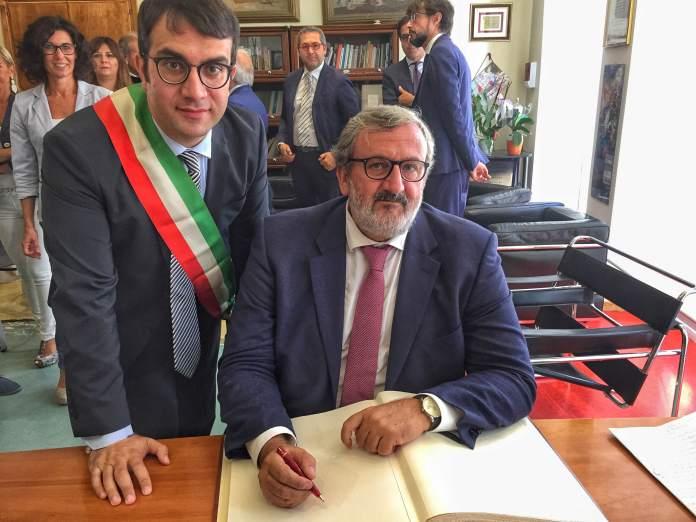 2016-09-26-emiliano-firma-castellaneta-sottoscrizione-adesione-fondo-di-solidarietai-2