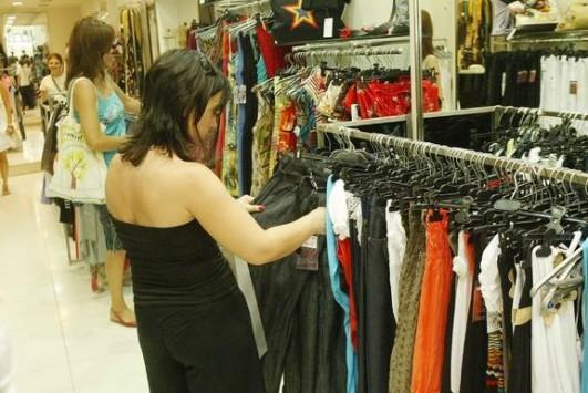 Στον αέρα οι μισθοί για 500.000 εμποροϋπαλλήλους – Μείωση 13% ζητούν οι έμποροι