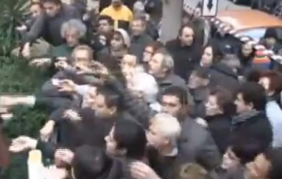 Ελλάδα 2013: Χέρια απλωμένα για μια σακούλα τρόφιμα... VIDEO