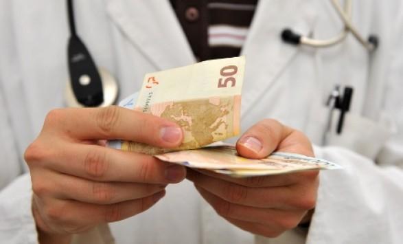 Ακυρώνονται και οι μειώσεις μισθών σε γιατρούς, πανεπιστημιακούς, διπλωματικούς, αρχιερείς – Ισχύει και για συνταξιούχους – Θα πάρουν και αναδρομικά