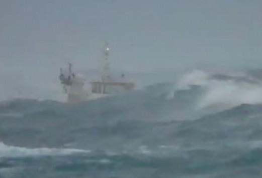Κυκλάδες: Το βίντεο που κόβει την ανάσα - Κύματα σκεπάζουν ρυμουλκό μεταξύ Τήνου και Μυκόνου!