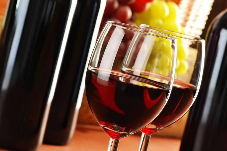 Κόκκινο κρασί: Η διαδικασία παραγωγής του κόκκινου κρασιού ενισχύει την περιεκτικότητά του σε ρεσβερατρόλη.