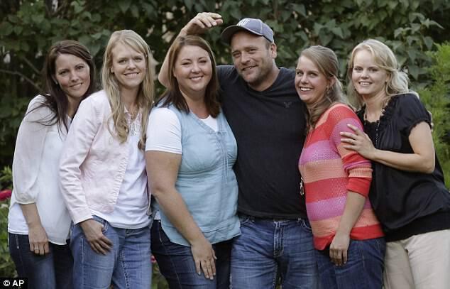 Αυτός ο άντρας που παντρεύτηκε 5 γυναίκες, σόκαρε τους πάντες όταν άφησε τις κάμερες να μπουν στο σπίτι του.