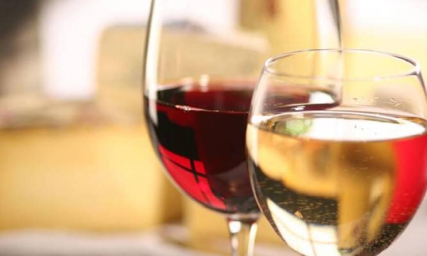 Χριστουγεννιάτικο τραπέζι: Λευκό ή κόκκινο κρασί; Τι προσφέρει το καθένα